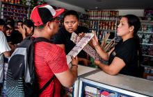 Breiner Ahumada compra material pirotécnico en el establecimiento comercial autorizado en Soledad.