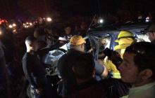 Bomberos de Sabanalarga en las labores de rescate del conductor de la camioneta.