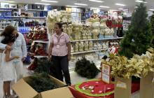 Almacén con productos navideños.