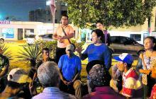 William Carreño en una de sus visitas a los habitantes de la calle en el parque Suri Salcedo.