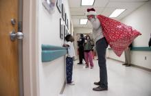 En video | Barack Obama entregó regalos a niños enfermos vestido de Papá Noel