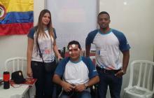 La docente Gisella Borja junto a Mario Villamizar y José Suárez.