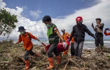 Socorristas rescatan uno de los cadáveres hallados en cercanías de las playas.