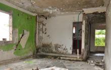 Interior de la casa que se encuentra abandonada.