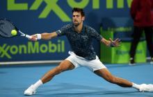 Novak Djokovic exigiéndose para responder una pelota.