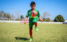 Ángel Galván, apodado 'La Pulga', demuestra sus grandes  habilidades con el balón al finalizar el juego.