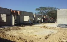 Un obrero realiza trabajos en el terreno donde funcionará el CDI de Santo Tomás.