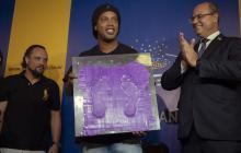 Ronaldinho mostrando las huellas que dejará en el Maracaná.