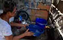 Así se preparan los afectados por suspensión del servicio de agua