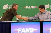 El ministro de Defensa de Venezuela, Vladimir Padrino López, saluda al presidente Nicolás Maduro.