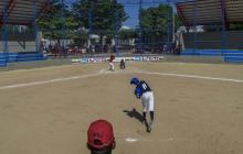 Instante en que un miembro del equipo Santo Domingo lanza la pelota a su rival durante el entrenamiento.
