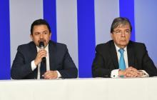 El alto comisionado de paz, Miguel Ceballos, en rueda de prensa junto al canciller Carlos Holmes Trujillo.