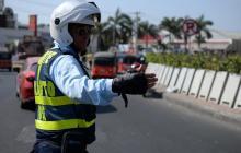 Un agente regula el tráfico vehicular en Soledad.