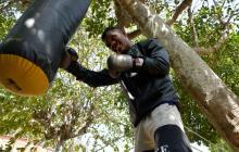 El boxeador cordobés José Soto ajustando sus puños antes de subir al cuadrilátero este sábado ante su coterráneo Anuar Salas.
