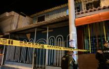 Antiexplosivos revisa paquete que hombre dejó tras balear a madre e hija en Los Robles