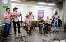 Pedro Ramayá y La Cumbia Moderna de Soledad tocando en Sesiones EH.