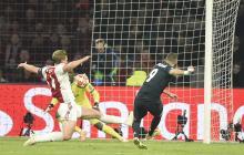 Karim Benzema se anticipa a la marca del zaguero del Ajax y define ante el arquero.