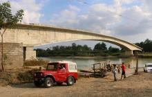 Aspecto del puente, no terminado, sobre el río Sinú .