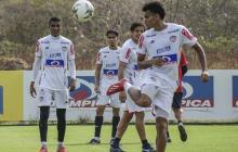 El extremo Luis Díaz domina el balón ante la mirada de Gabriel Fuentes, Sambueza y el 'Mati' Fernández.