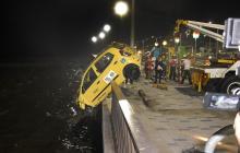 Taxista habría lanzado el carro al río para matar a su ex y suicidarse