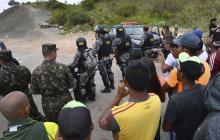 En video | Manifestantes se enfrentan nuevamente a militares venezolanos en frontera brasileña