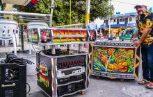 Cristóbal Márquez prepara las máquinas para amenizar una de las fiestas aprobadas por la Administración Distrital para los días de Carnaval.