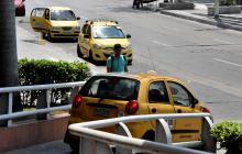 Varios taxis permanecen parqueados sobre la calle 53 con carrera 46.