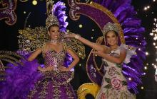 Carolina Segebre con la corona de reina del Carnaval 2019. La recibió de manos de su antecesora Valeria Abuchaibe.