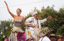 La reina del Carnaval de Barranquilla 2019, Carolina Segebre, junto a el Rey Momo, Freddy Cervantes, el homenajeado en el desfile de la calle 17.