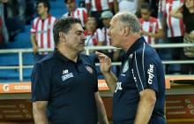Suárez habla con el DT del Palmeiras, Luiz Felipe Scolari, minutos antes de empezar el partido de este miércoles.