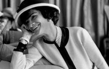 'Coco Chanel' expresó las aspiraciones de libertad e igualdad para la mujer durante el siglo XX gracias a sus línea informal y cómoda, eliminando así el uso del corsé.
