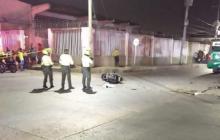 Accidente en el barrio Montes: joven motociclista fallece al chocar con un bus