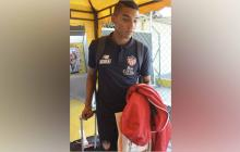 Gabriel Fuentes saliendo ayer del aeropuerto Ernesto Cortissoz.