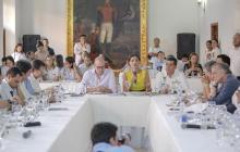 La mintransporte, Ángela María Orozco (c), explica a los gobernadores y congresistas sus propuestas.