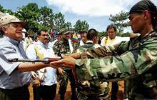 Entrega de armas por parte de miembros de las Auc