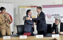 Ana María Duque, gerente de Shell Colombia, Luis Miguel Morelli, director de la ANH, Ian Gordon, gerente de Nobel Energy Colombia, y Jim Demarest, vicepresidente de Exploración de Noble Energy Inc. durante la firma de la cesión en Bogotá.