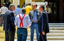 Representantes de varios de los accionistas durante un receso en la reunión de ayer.