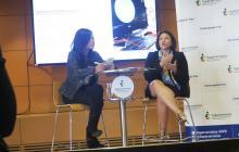 La superservicios Natasha Avendaño García (der), en compañía de la funcionaria Stephania Vásquez.