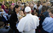 Padres de familia, profesores y alumnos de las escuelas católicas de Rabat saludan al Papa a su llegada a la Nunciatura Apostólica de la Santa Sede.