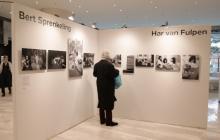 Visitantes observan las fotografías que son exhibidas, 50 años después, en el Amsterdam Hilton Hall.