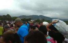 En video   Venezolanos en Colombia rompen barreras de seguridad y cruzan a su país con comida