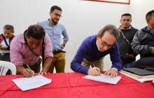 El Ministro de Agricultura, Andrés Valencia, firma acuerdo con comunidades indígenas de Nariño.