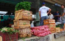 Vendedores de alimentos en la central de abastos.