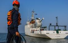 Un suboficial espera la aproximación de la lancha al buque ARC 'Providencia', en aguas del Atlántico.