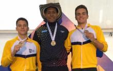 Camilo Marrugo (centro) con el oro de la prueba de los 50 metros libres.