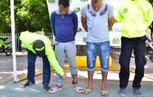 La Policía de Valledupar muestra a portadores de brazaletes al ser sorprendidos fuera de su residencias.
