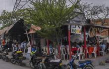 Vista del local que vende alimentos debajo de una torre de alta tensión en Soledad.
