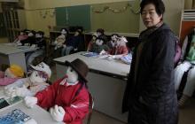 Ayano usa palos y periódicos para hacer el cuerpo, tela elástica para la cara y lana tejida para el cabello