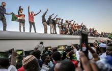 Un tren desbordado de manifestantes llega a Jartum y EEUU apoya un gobierno civil