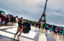Modelos gorditas desfilan delante la torre Eiffel contra la dictadura de modistas